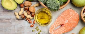 Alimentos bons - Projeto Enxergando o Futuro. Nesta imagem estamos demonstrando alimentos saudáveis como: salmão, abacate, amendoim, brócolis, nozes e avelãs.